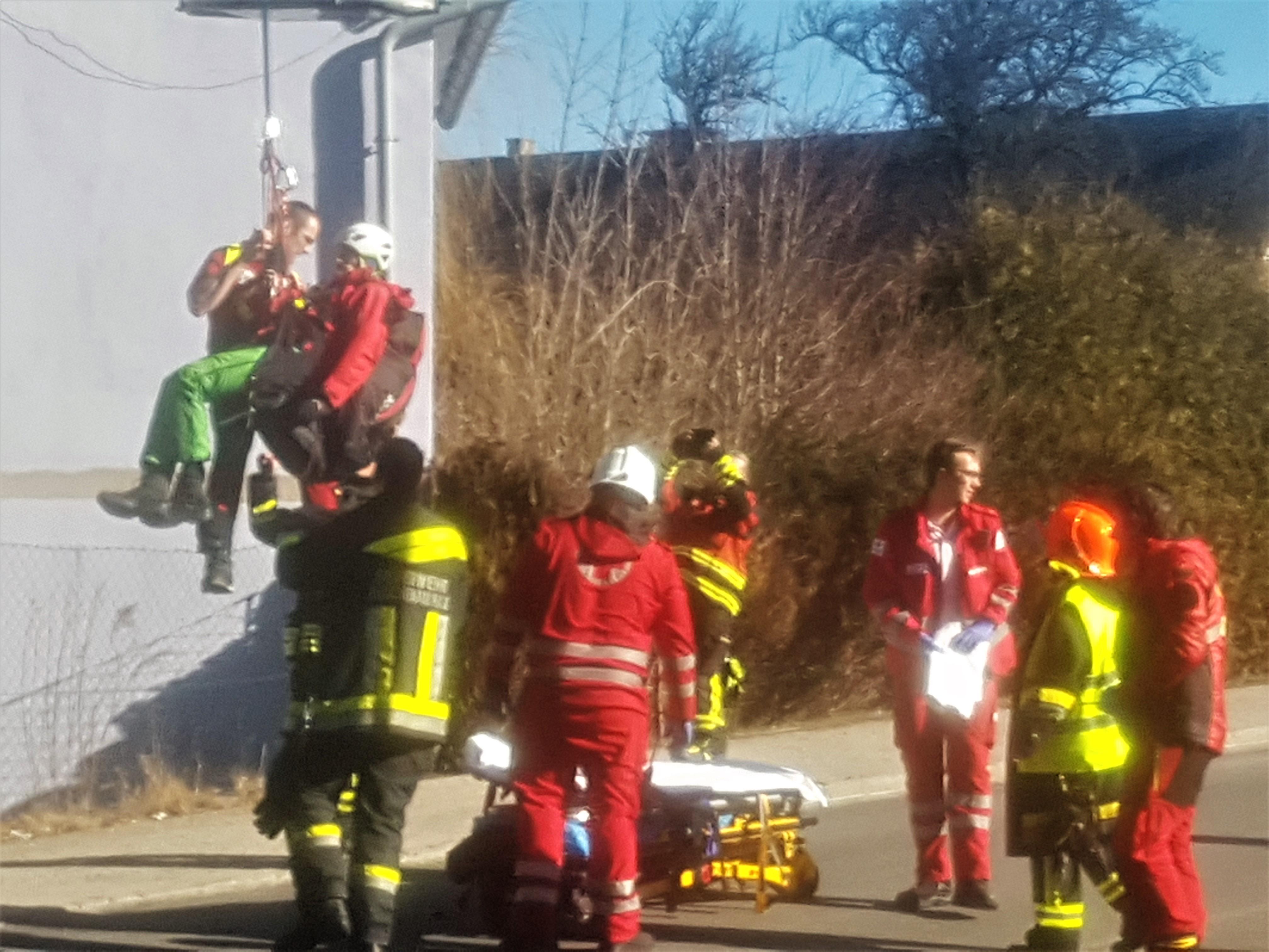 Paragleiter stürzte in Hirschwang auf Hausdach