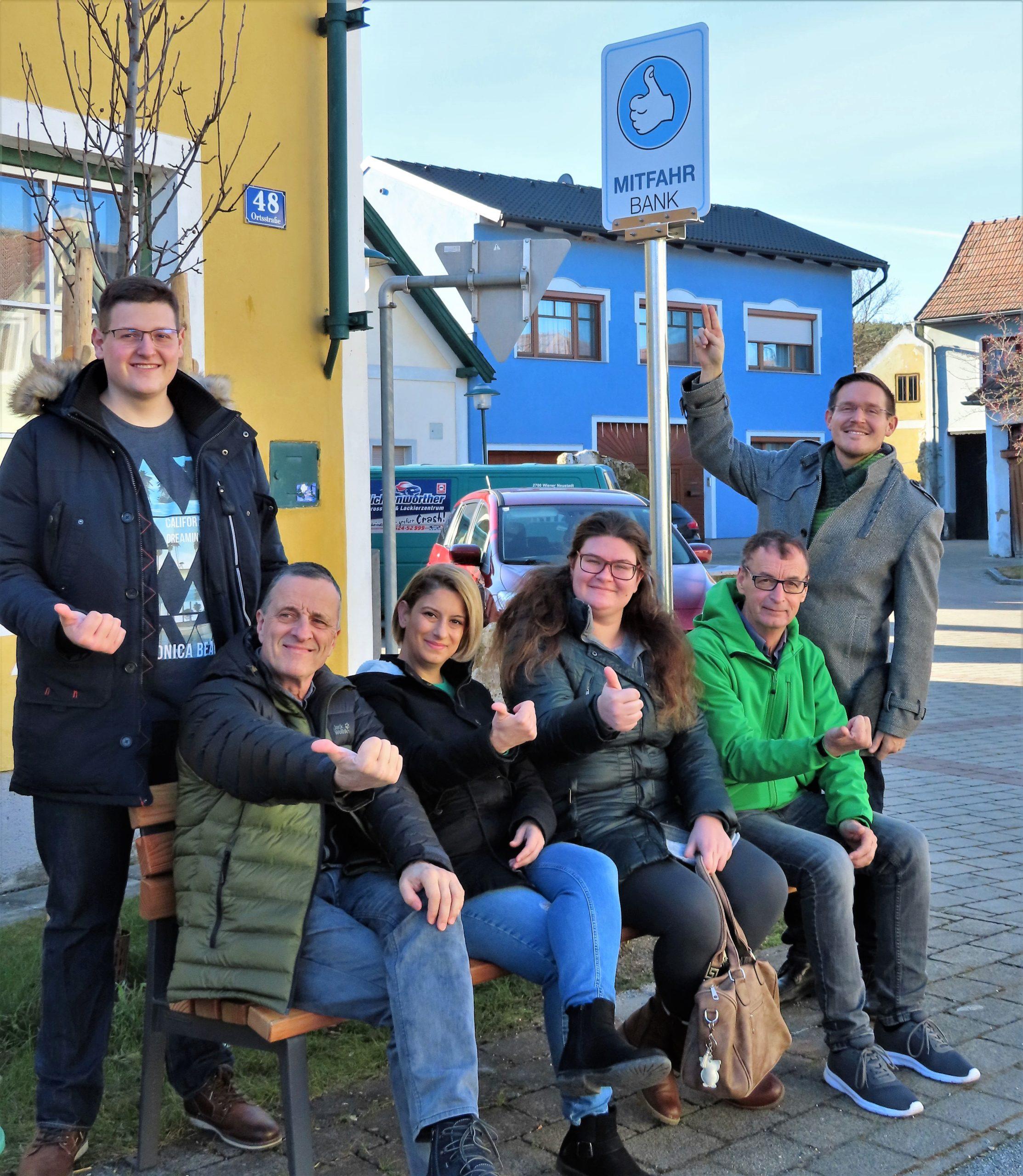 Drei Mitfahrbankerl stehen jetzt auch in Neunkirchen