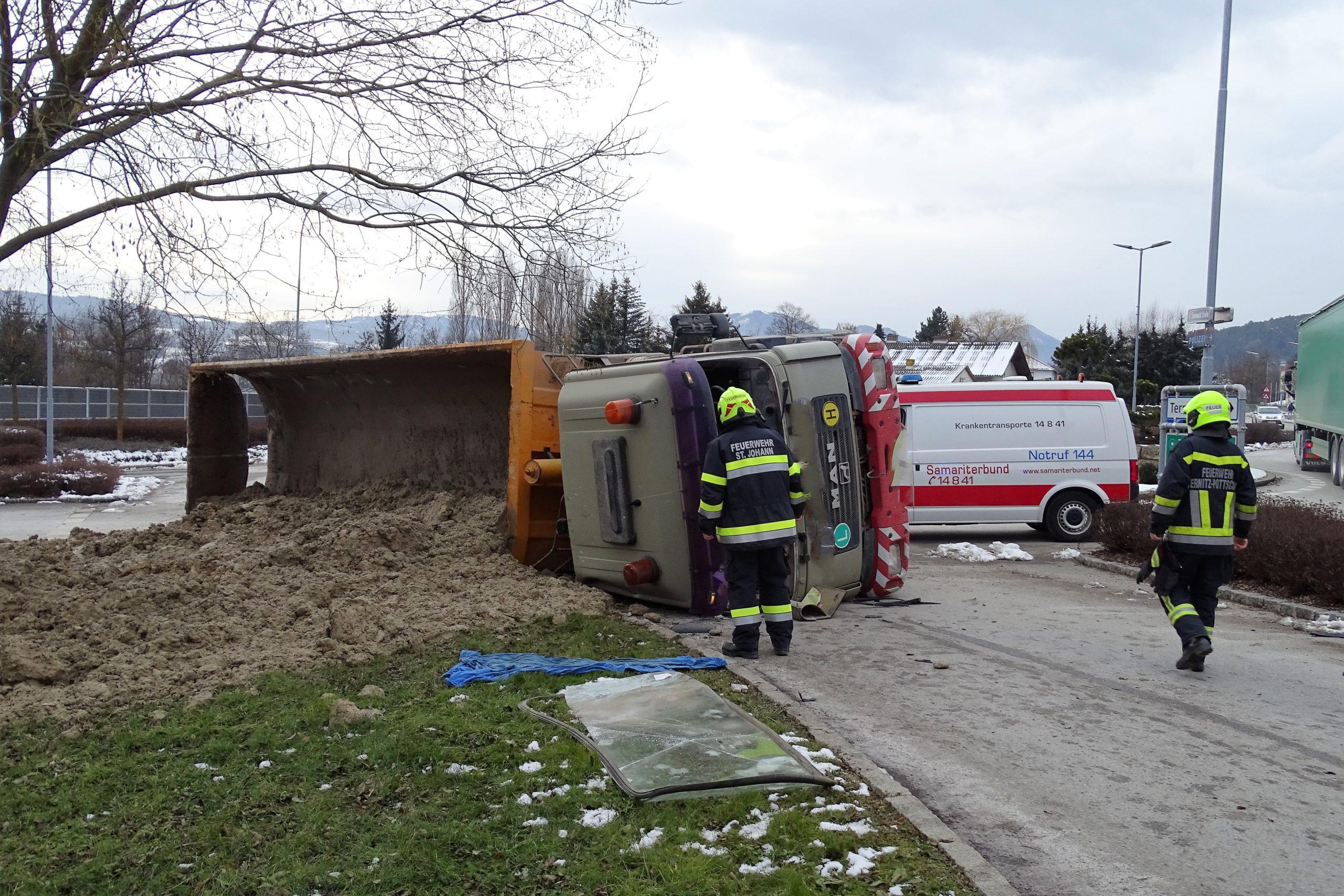 Erdtransporter kippte im Kreisverkehr um – Trucker landete im Spital